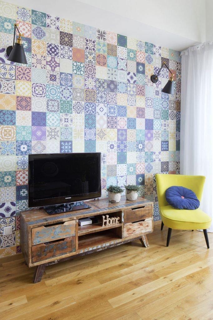 Kolorowe mieszkanie,mieszkanie boho,Kolor w salonie_Szafka RTV_ tapeta marokańskie kafelki
