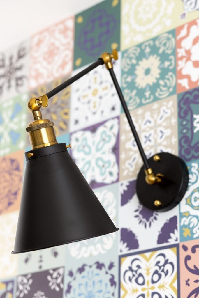 Kolorowe mieszkanie,mieszkanie boho, tapeta kafelki marokańskie,kinkiety_ściana RTV