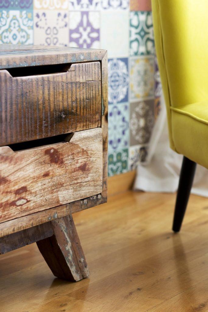 Kolorowe mieszkanie,mieszkanie boho,żółty fotel,szafka RTV_vinatge