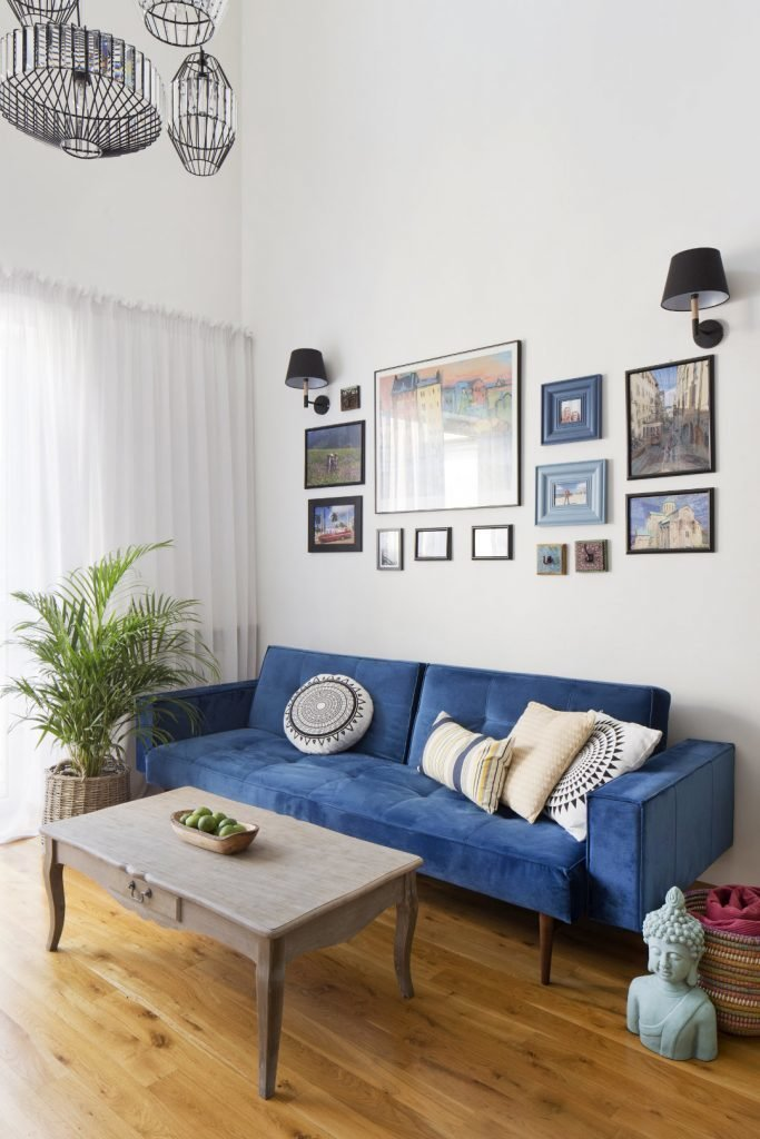 Kolorowe mieszkanie,mieszkanie boho,kolor w salonie, Salon połączony w kuchnią, niebieska kanapa, stól vonatge, żólte krzesło, szary stolik kawowy, palma,galeria zdjęć