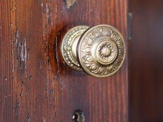 Kolorowe mieszkanie,mieszkanie boho,Stare drewniane drzwi gałka złota
