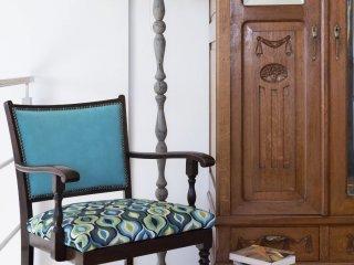 Kolorowe mieszkanie,renowacja mebli, mieszkanie boho, Lampa_fotel_przedwojenny