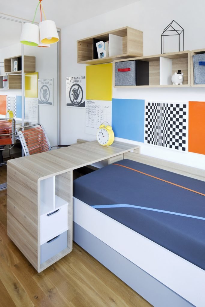 Kolorowe mieszkanie,pokój dziecka,mieszkanie boho,Realizacje projektów,pokój nastolatki,kolorowy fotel biurowy,biurko tapczan wiszące półki evolve, kolorowe panele metalowe na ścianie, szafa wnękowa z lustrami w tle