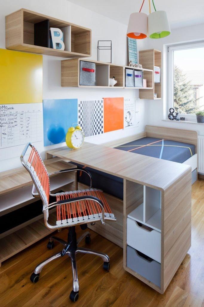 Kolorowe mieszkanie,pokój dziecka,mieszkanie boho,Realizacje projektów,pokój nastolatki,kolorowy fotel biurowy,biurko tapczan wiszące półki evolve, kolorowe panele metalowe na ścianie