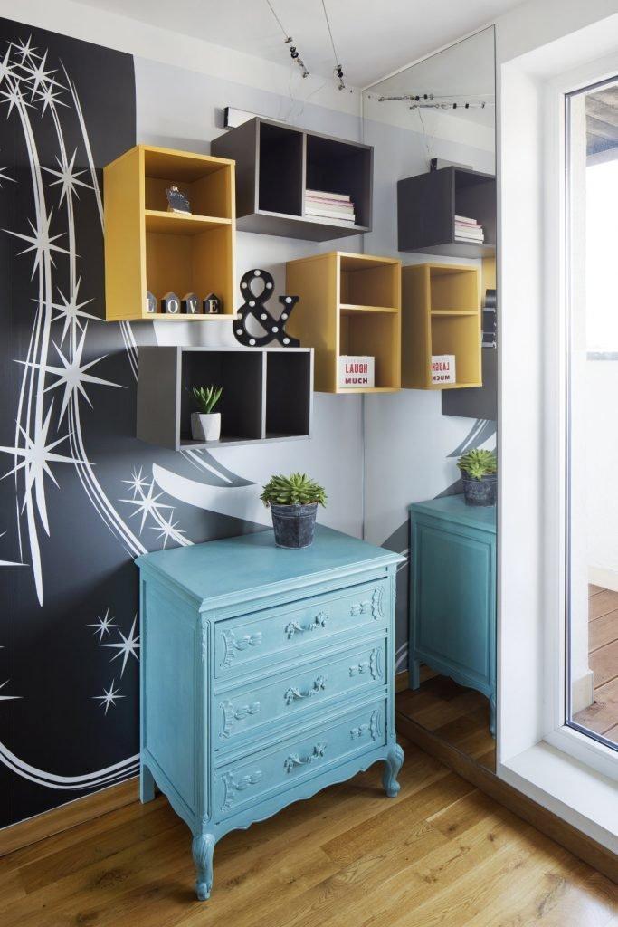 Kolorowe mieszkanie,pokój dziecka,mieszkanie boho,pólki vox muto szare i zółte, turkusowa komoda