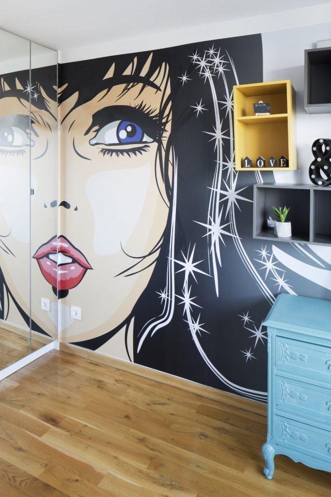 Kolorowe mieszkanie,pokój dziecka,mieszkanie boho,szafa z lutrami,tapeta grafika z twarzą kobiety,pólki vox muto, turkusowa komoda