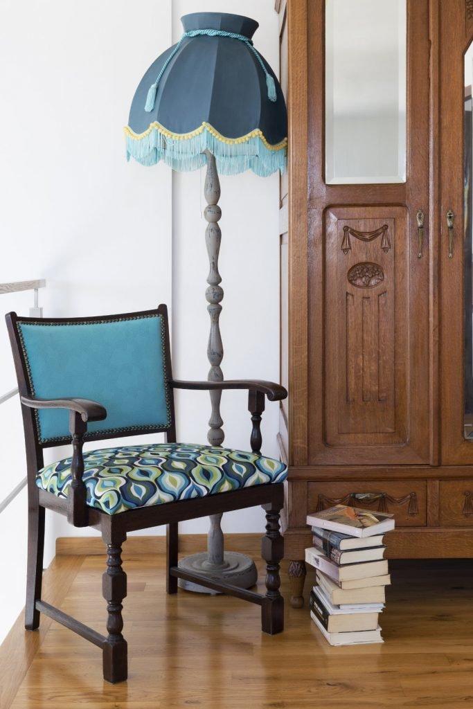 Aranżacja sypialni,Kolorowe mieszkanie,jak odnowić lampę, Renowacja mebli, metamorfoza starych mebli, renowacja mebli warszawa, stare meble w stylu boho, metamorfoza mebli vintage, stare meble vintage po renowacji, renowacja ram i mebli warszawa, przerabianie mebli vintage, renowacja mebli vintage, mieszkanie boho, Lampa_fotel_przedwojenny, jak odnowić stary abażur, jak odnowić abażur, jak odnowić lampę stojącą, jak pomalować abażur, jak odnowić starą lampę, czy można pomalować abażur,, meble vintage, przemiany starych mebli