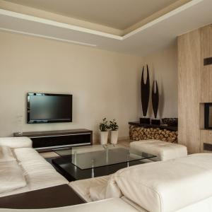 beżowy salon, biała kanapa, kominek_Kolor w salonie