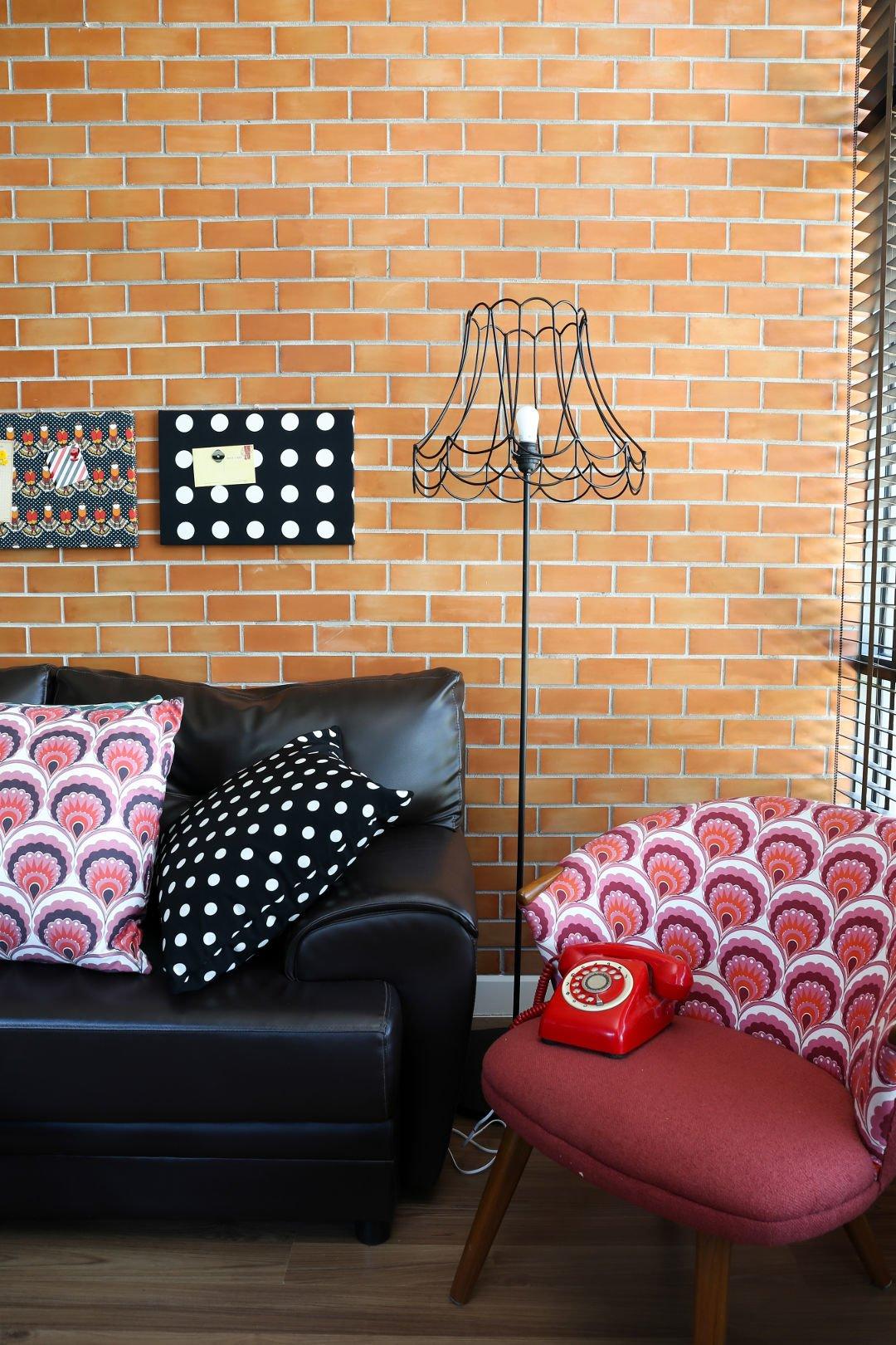 Kolory Do Salonu, styl loftowy, kolorowy fotel, deseń, czerwony telefon