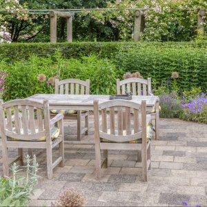 Drewniany komplet ogrodowy szary_Ogród na wiosnę