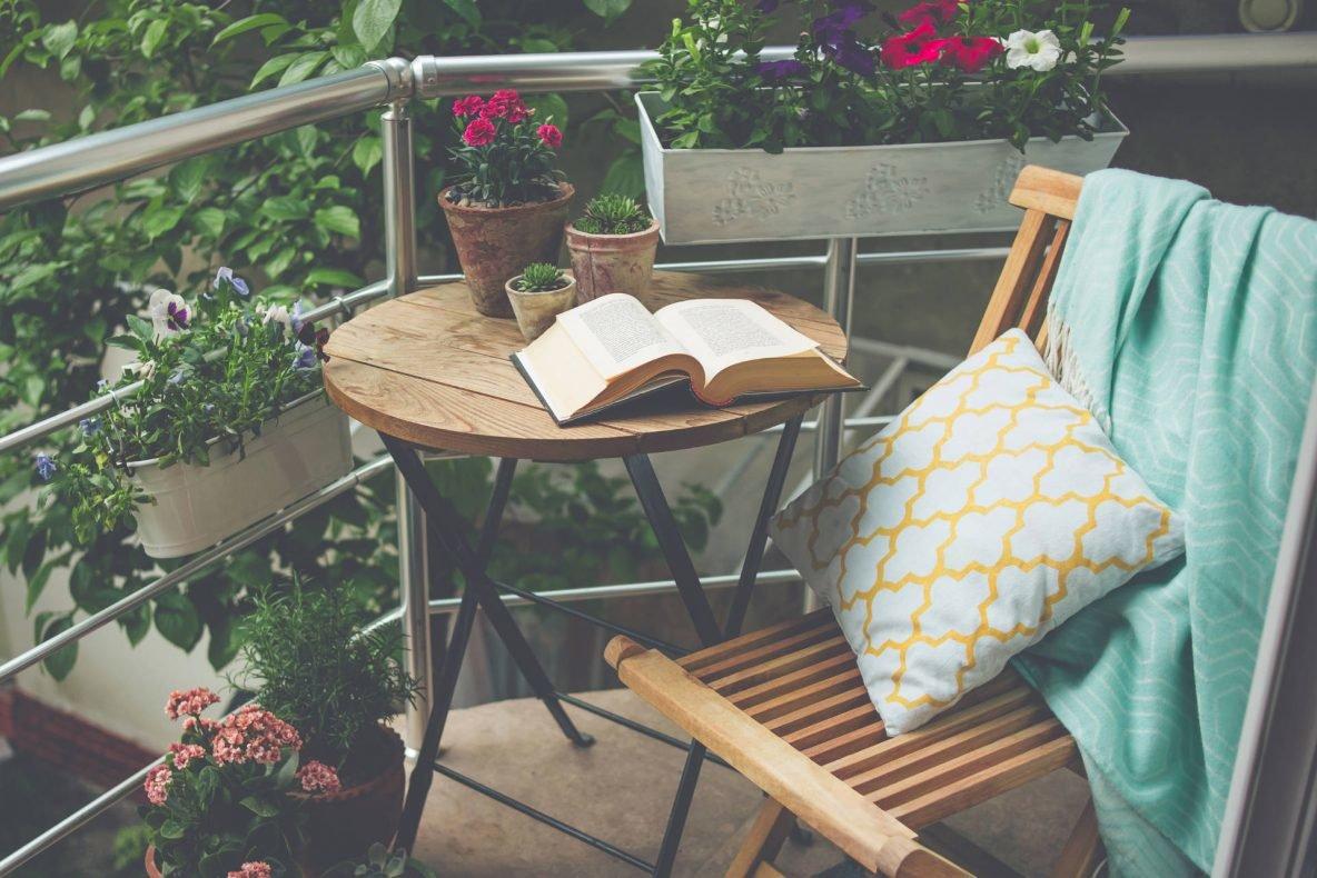 Ogród na wiosnę,Piękny taras lub balkon z małym stołem, krzesłem i kwiatami_Ogród na wiosnę