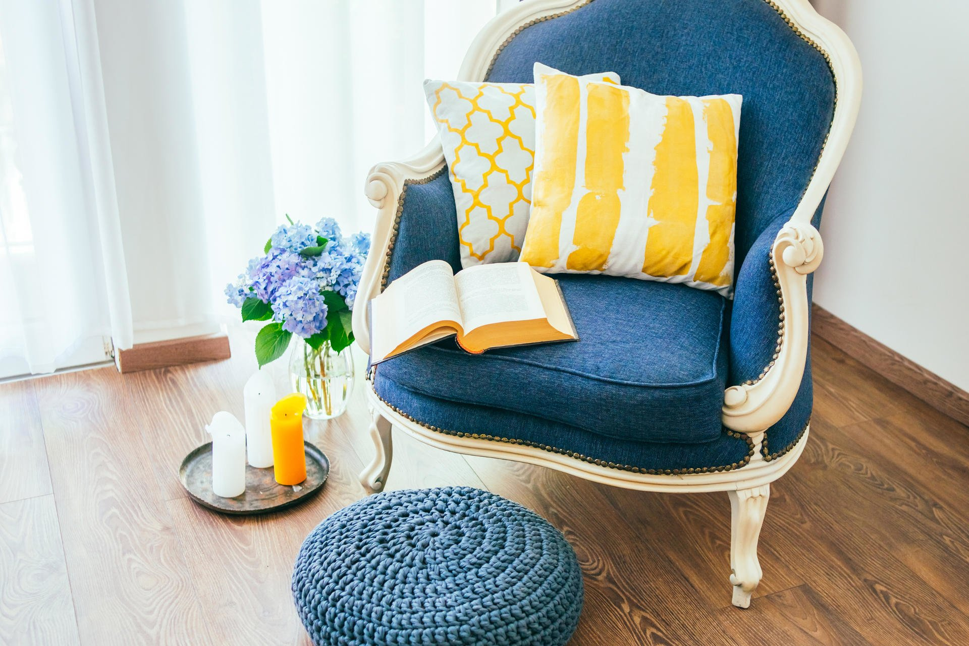 Kolory Do Salonu, Kolorowe obicie klasycznego fotela, przytulny fotel z otwartą książką i dekoracyjnymi poduszkami,koncepcja wystroju wnętrza i domu