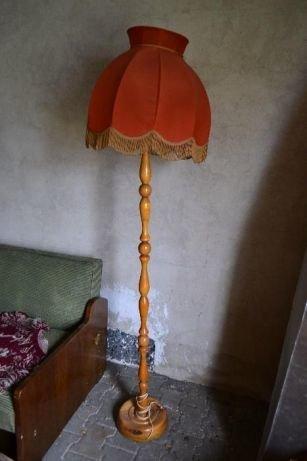 jak odnowić lampę,renowacja mebli,stara lampa podłogowa drewniana, czerwony abażur, w tle brudna stara ściana