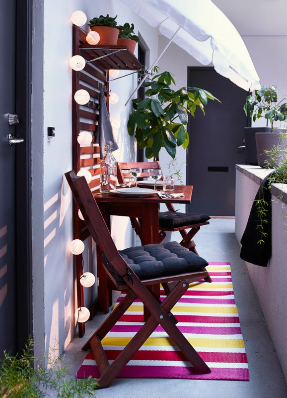 ogród na wiosnę,Meble Ikea,Meble na balkon drewniane, mały balkon, kolorowy chodnik,cottonballs białe