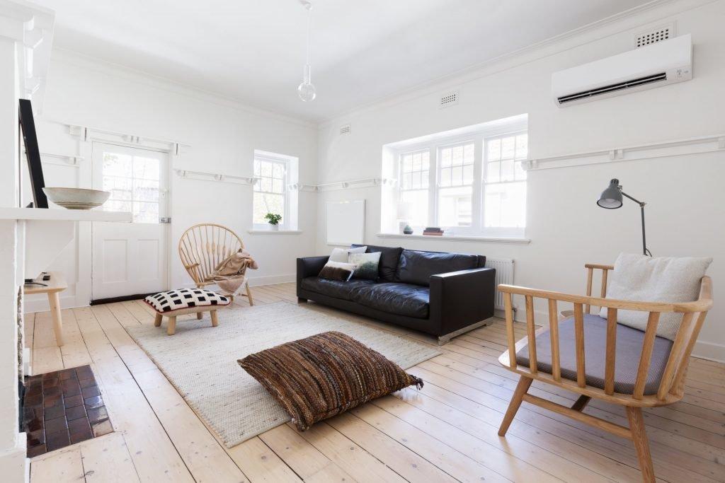 Kolor w salonie, salon skandynawski,przestronny apartament z pięknym, współczesnym stylem Scandi, białe ściany
