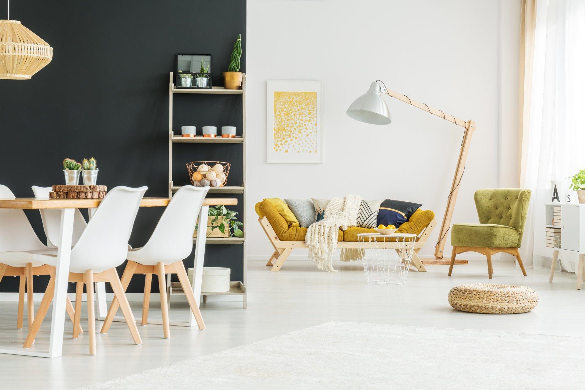 Kolory Do Salonu, styl scandi, skandynawski,żółta kanapa,zielony fotel,farba tablicowa,regał