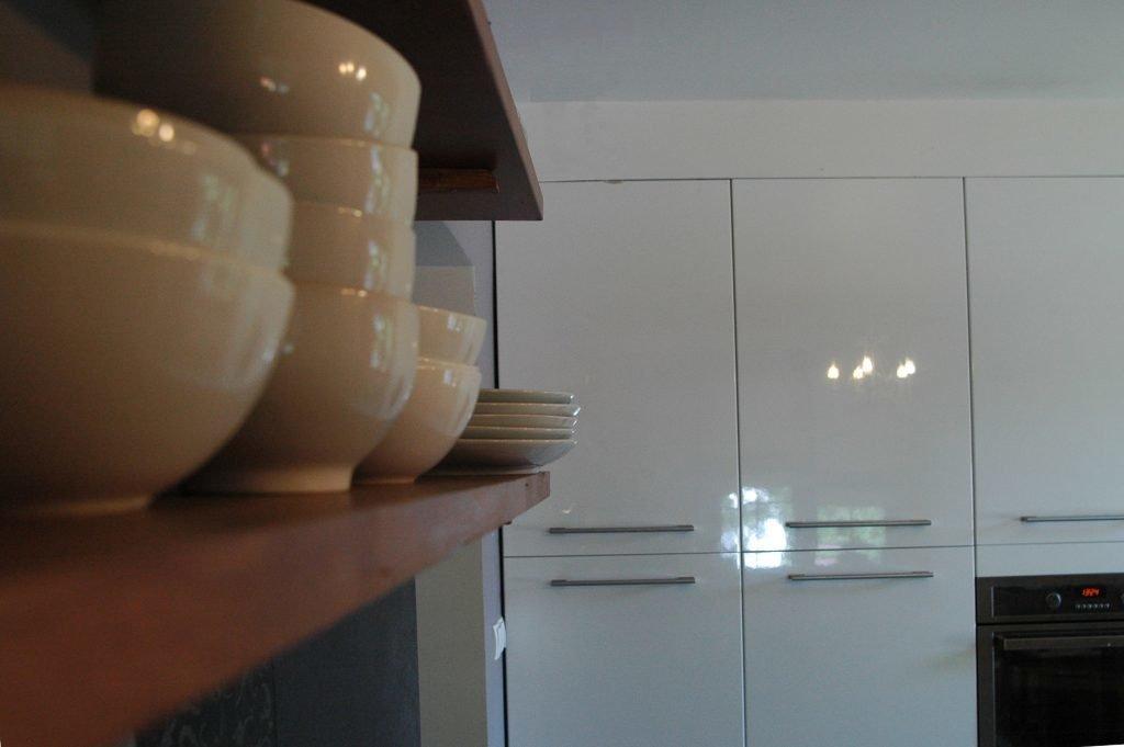 Wiszące, drewniane półki nad blatem|_kuchnia