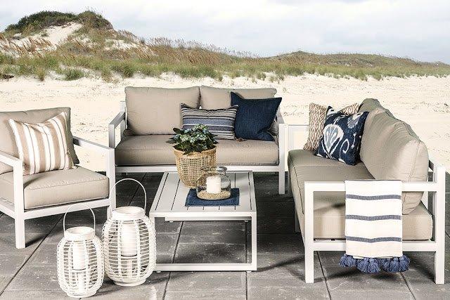 Ogród na wiosnę_Dekoracja mebli tarasowych_Meble ogrodowe drewniane_poduchy_dekoracje_ w tle plaża, piasek, wydmy