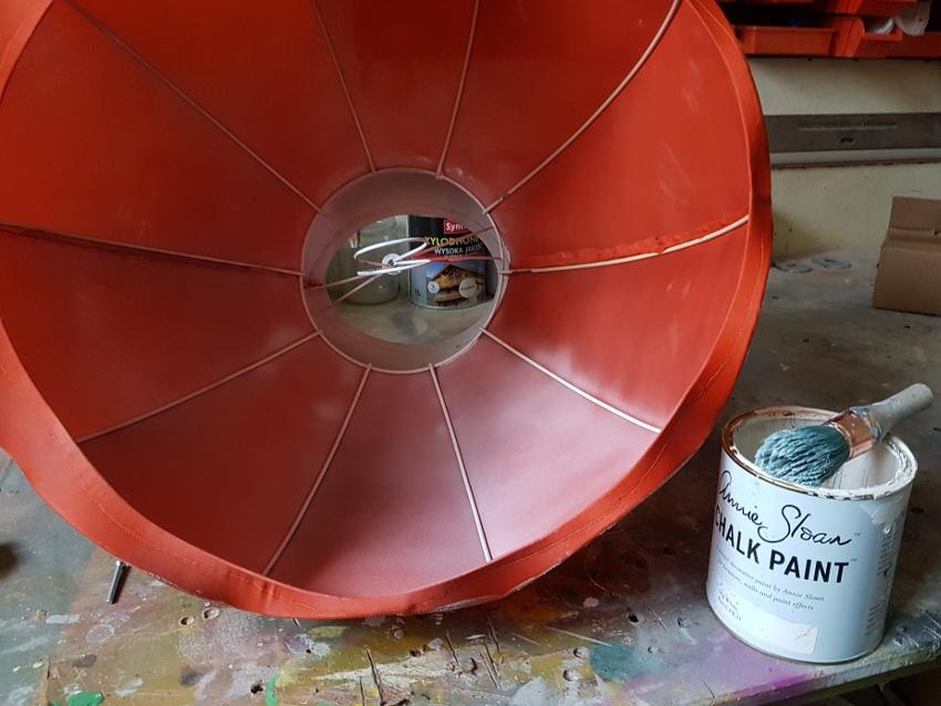 jak odnowić lampę, malowanie abażuru, farby kredowe Annie Sloan, czerwony abażur leży w warsztacie, początek malowania na kolor biały Old White