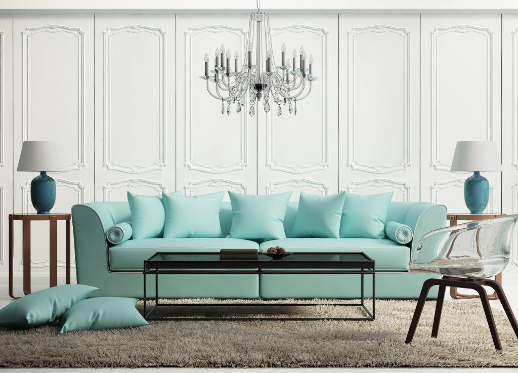 Niebieski w mieszkaniu, niebieska kanapa, niebieska sofa,niebieskie lampy, kryształowy żyrandol,w tle biała ozdobna sztukateria na ścianie, kolory do salonu, kolor do salonu, salon kolory,