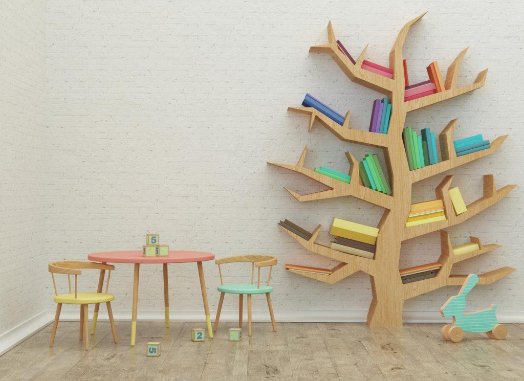Pokój dziecka- dekoracje, kolorowy stolik dziecięcy i dwa krzecełka, półka w kształcie drzewa