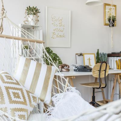 pokój młodzieżowy, jasny pokój, biurko z białym blatem, hamak, regał ze skrzynek, wiszące rośliny, liczne obrazki,tło z białej ściany