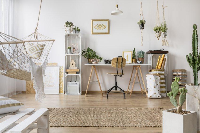pokój młodzieżowy, jasny pokój, biurko z białym blatem, hamak, regał ze skrzynek, kaktusy i wiszące rośliny, tło z białej ściany
