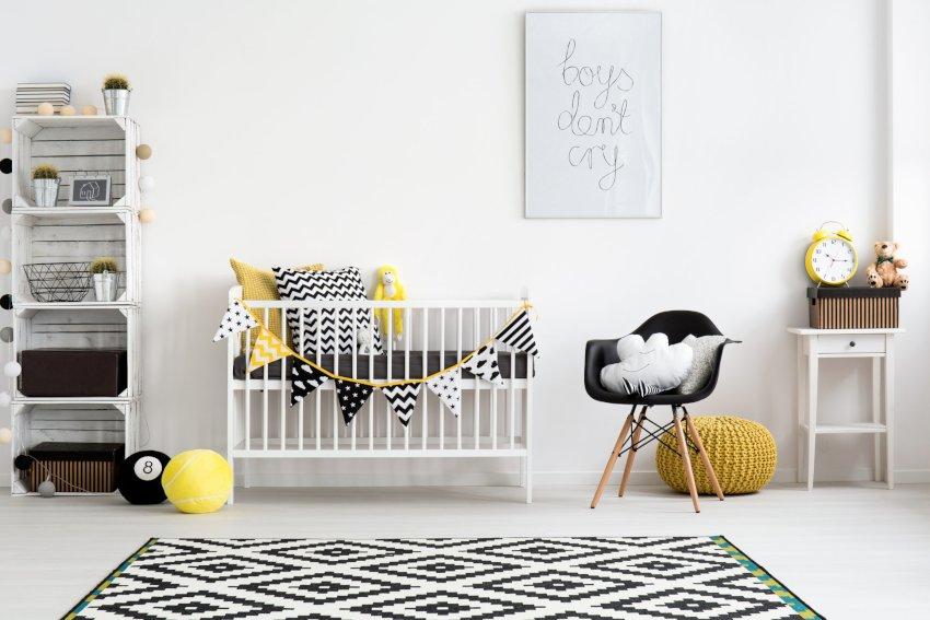 Pokój dziecka- dekoracje, pokój chłopca w kolorach czarno żółtych, na podłodze dywan w czarne geometryczne wzory,czarny fotel i żółta pufa