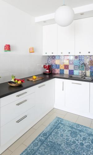Kolorowe mieszkanie,mieszkanie boho,kuchania białe szafki,chodnik dywan niebieski, kolorowe gałki uchwyty,kafelki marokańskie, kolorowe kinkiety nad blatem,Otwarta kuchnia