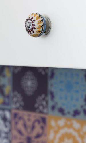 Kolorowe mieszkanie,mieszkanie boho, kolorowe gałki uchwyty meblowe,kafelki marokańskie w tle