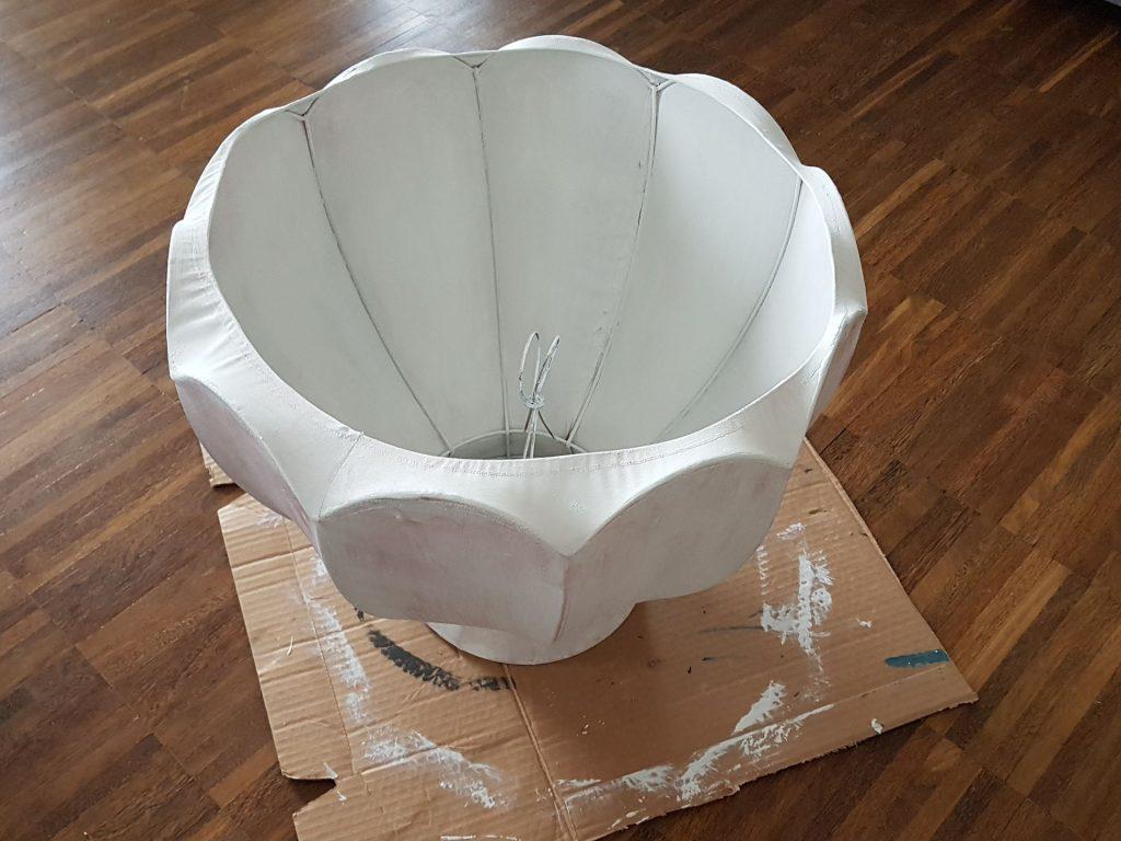 jak odnowić lampę, malowanie abażuru, farby kredowe Annie Sloan, Aubusson Blue, abażur leży na drewnianej podłodze pomalowany na kolor białym
