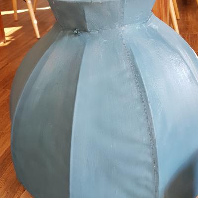 jak odnowić lampę, malowanie abażuru, farby kredowe Annie Sloan, Aubusson Blue, abażur leży na podłodze pomalowany na kolor niebieski, w tle drewniany stół