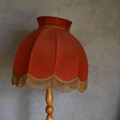 jak odnowić lampę, czerwony abażur starej lampy podłogowej, W tle brudna, szara sciana