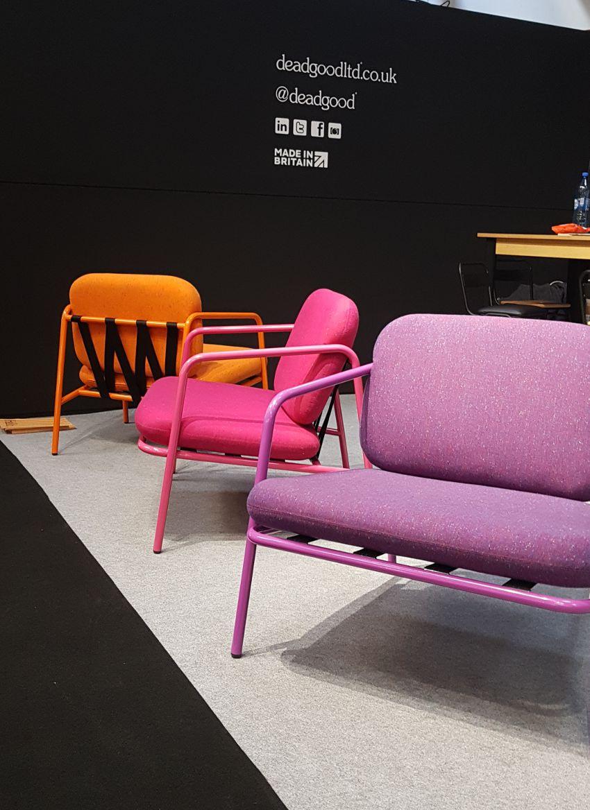 Targi wnętrzarskie, kolorowe fotele, metalowe fotele