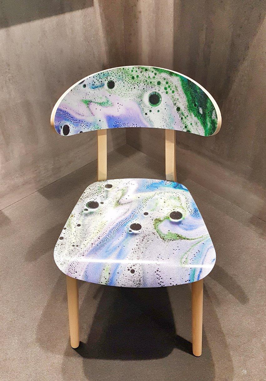Targi wnętrzarskie, krzesło drewniane kolorowe