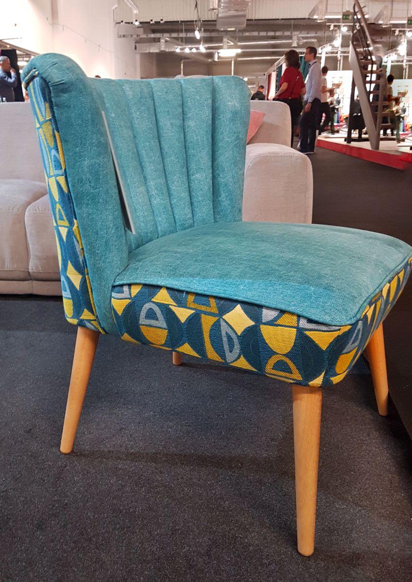 Targi wnętrzarskie, fotel z lat 50 niebieski żółty