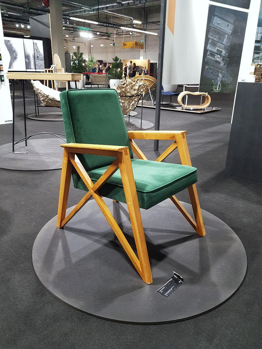Targi wnętrzarskie, zielony fotel z tal 60, drewniana konstrukcja fotela