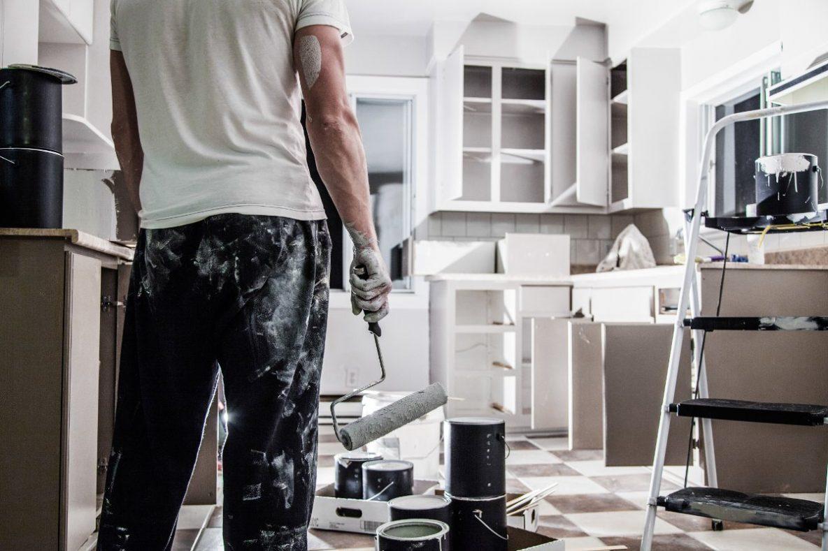 Tani remont,Wykończenie pod klucz, remont mieszkania, malarz z wałkiem do malowania ścian, bałagan