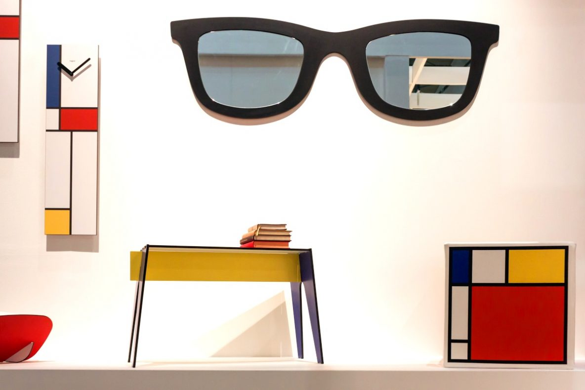 Festiwal Przerób-my,Targi wnętrzarskie, czy warto chodzić na targi, zestawienie najbliższych targów, duże okulary na ścianie, lustro zrobione z dużych okularów, kolorowy zegar na ścianie, graficzne wzory na szafce, wystawa z targów