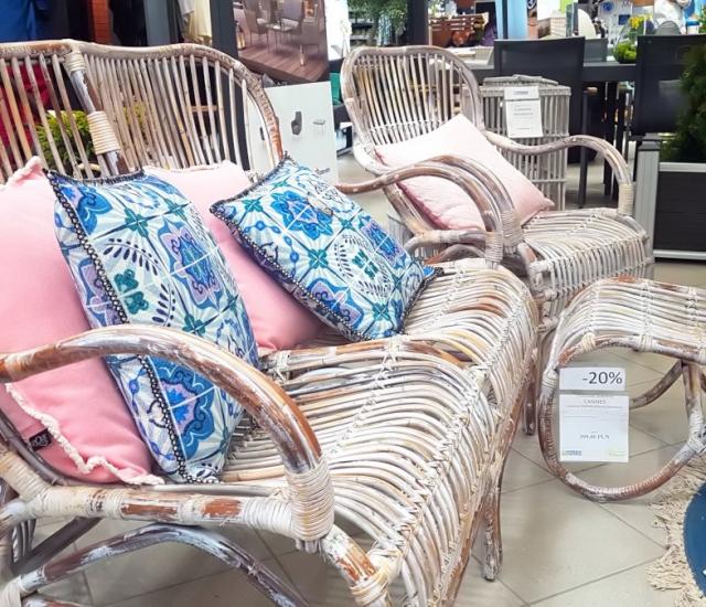 Targi Green Days, meble ogrodowe, meble z rattanu, Garden Space, sofa z rattanu z niebieskimi poduszkami, różowe poduszki dekoracyjne do ogrodu, w tle meble ogrodowe z rattanu, zielone żywotniki tuje