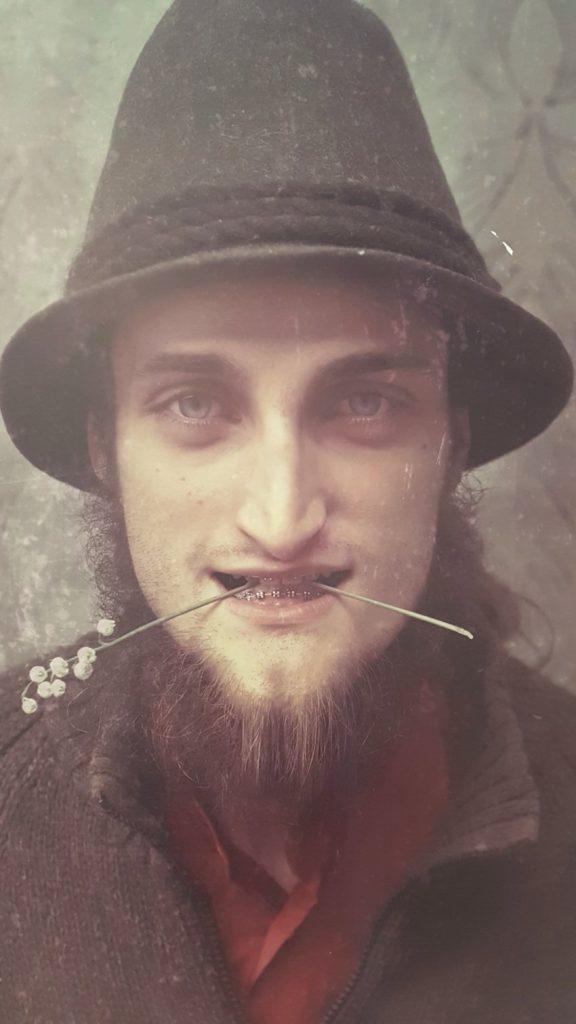 Targi Green Days, wystawa prac Paweł Bajew, fotografia, mężczyzna z konwalią w ustach, Fundacja Krajobrazy