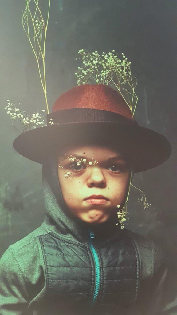 Targi Green Days, wystawa prac Paweł Bajew, fotografia, chłopiec w kapeluszu, Fundacja Krajobrazy