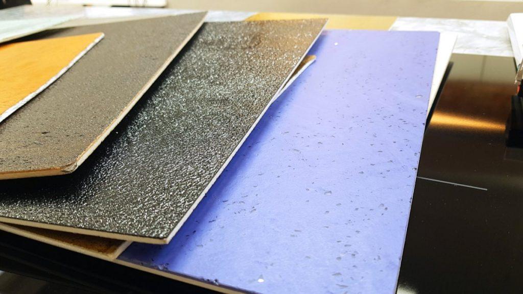 Ecomalta, ecomalta cena, okładzina, wzornik kolorów i struktury, wzornik leży na stole z innymi próbkami ecomalty