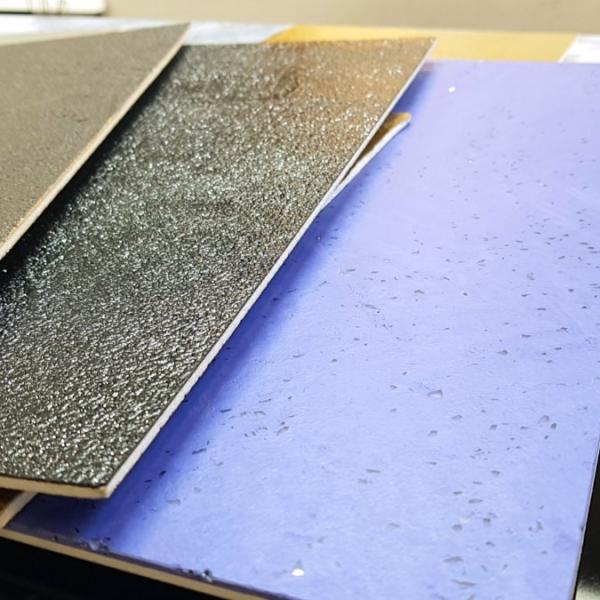 Ecomalta, okładzina, wzornik kolorów i struktury, wzornik leży na stole z innymi próbkami ecomalty