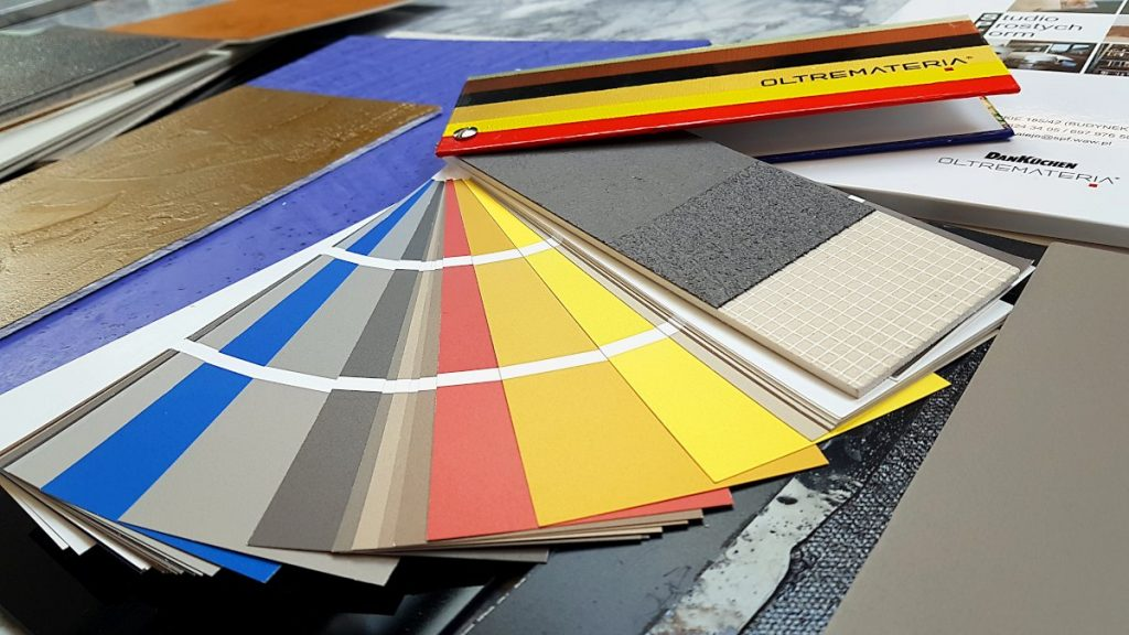 Ecomalta, co na podłogę, okładzina, wzornik kolorów, wzornik struktury, wzornik leży na stole z innymi próbkami ecomalty