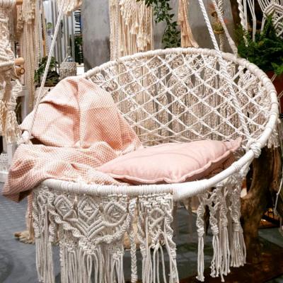 pokój młodzieżowy, hamak, wiszący fotel, wyplatany biały fotel, fotel ze sznurka, wiszące makramy, plecionki