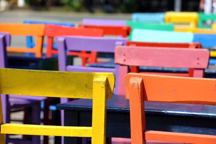 Jak pomalować meble- kolorowe krzesła pomalowane farba kredową