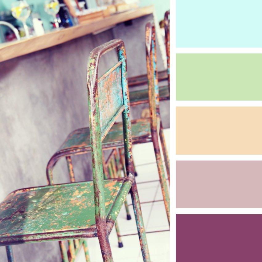 Jak pomalować meble- metalowe krzesła kolorowe, zielone krzesła stoją przy bufecie barku,styl vintage, krzesła vintage