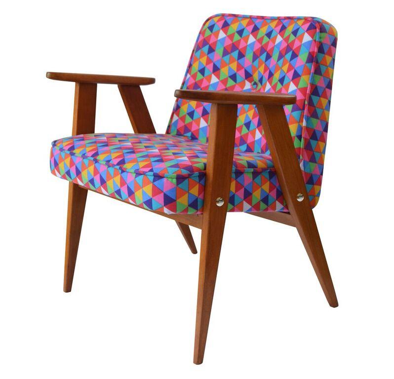 Meble PRL, łączenie starych mebli z nowymi, Styl PRL we wnętrzach, Jak połączyć antyki z nowoczesnym wnętrzem, fotel Chierowski 366, stary fotel, kolorowy fotel, tkanina obiciowa, kolorowa tkanina tapicerska, na zdjęciu fotel chierowskiego model 366 odrestaurowany w kolorowej tkaninie