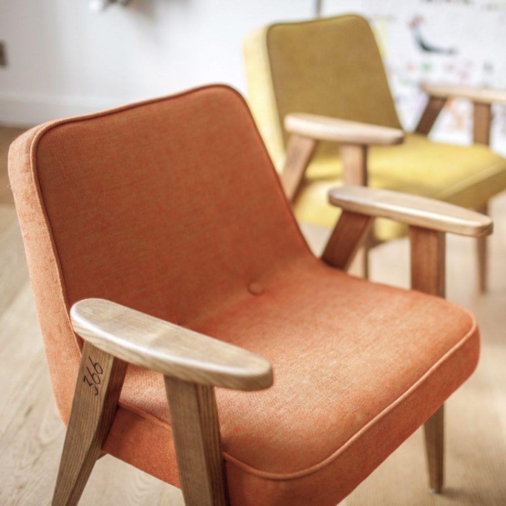 Meble PRL, łączenie starych mebli z nowymi, Styl PRL we wnętrzach, Jak połączyć antyki z nowoczesnym wnętrzem, fotel Chierowskiego 366 pomarańczowy i żółty